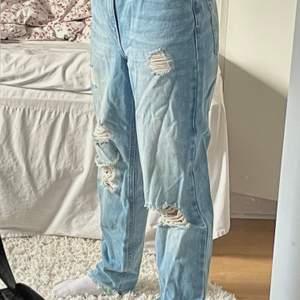 Ljusblåa jeans i en boyfriend modell. Ifrån märket Pieces och använda fåtal gånger. Säljer då de är lite stora för mig. Jätte bra skick, som nya! 🥰 Köparen står för frakten. Kontakta mig gärna vid funderingar!