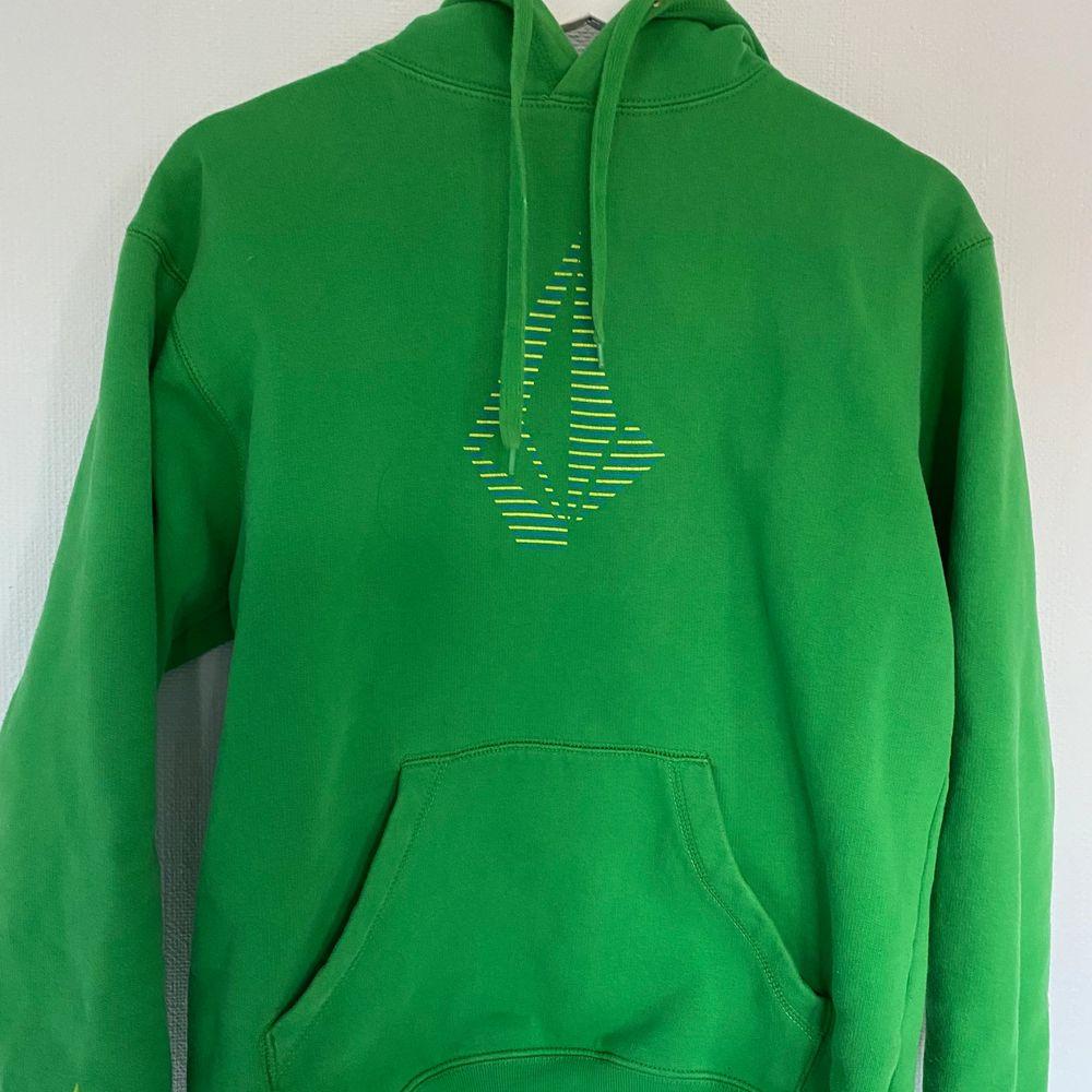 En skön grön hoodie från märket Volcom. Bra skick. Köparen står för frakt.               Ny pris: 700kr  . Huvtröjor & Träningströjor.