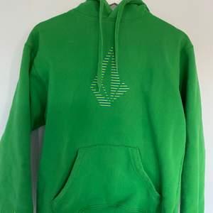 En skön grön hoodie från märket Volcom. Bra skick. Köparen står för frakt.               Ny pris: 700kr