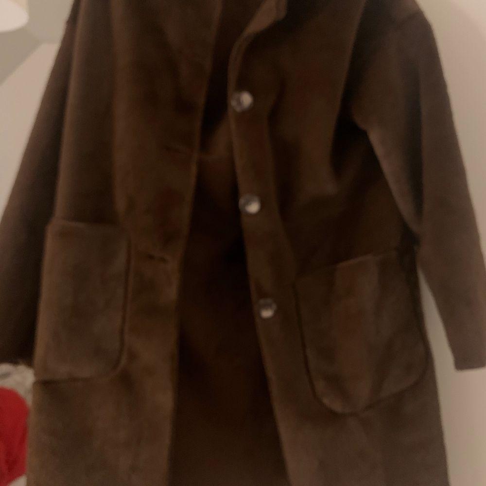 En superfin tjockare kappa. Säljer pga ingen användning av den längre. I princip i nyskick! . Jackor.
