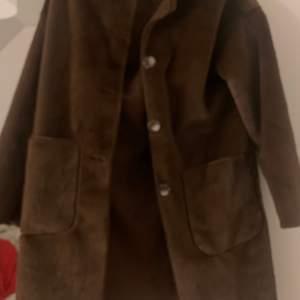 En superfin tjockare kappa. Säljer pga ingen användning av den längre. I princip i nyskick!