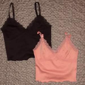 """💗DEN MÖRKBRUNA ÄR SÅLD, KAN ÄVEN SÄNKA PRISET TILL 50KR PÅ DEN ROSA💓Säljer dessa två ursnygga lace toppar <3 Den """"svarta"""" är egentligen mörk brun och den rosa är mer ljus neon rosa . Båda använda en gång så de är i nyskick och har inga skador alls 🧚 Topparnas """"straps"""" är justerbara , den mörk bruna är S och neon rosa är XS ✨ Båda kostar 70kr/st plus 69kr frakt 💓"""