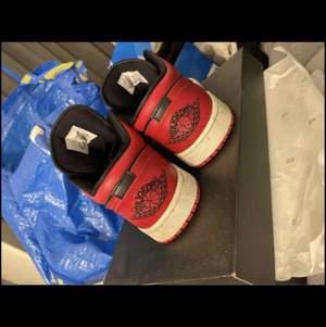 Säljer mina röd svarta Jordan 1 Low i storlek 39 Som ni kan se på bilderna så är Skorna används men Sparsamt använda tvättar man till dom snabbt är dom rena och fina. Lådan följer självklart med. Unisex