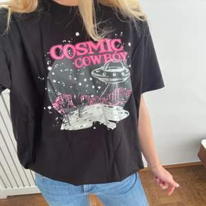 T-shirt från Loavies som är oanvänd med prislappen kvar.