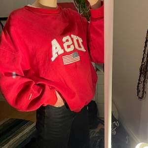 fin oversized röd USA crewneck/sweatshirt🥰 snygg till breda jeans osv. jag är S, 172cm och den sitter så på mig men passar nästan alla eftersom den är XL (skriv privat för frågor)ej smutsig, bara spegeln