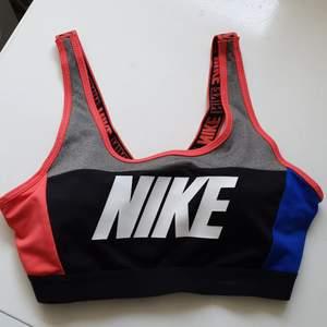 Blå, rosa, grå, svart träningsbh från Nike, med uttagbara kupor som sitter bra och sköna stabila band över axlarna. Använd fåtal gånger, hel o fin, köparen står för frakten. Hör av er vid frågor✨