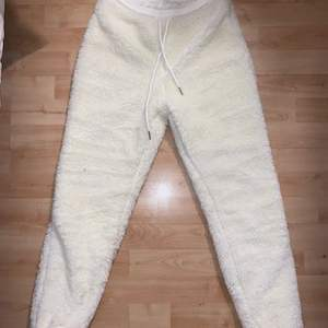 Mjukisbyxor i fluffig material, vita storlek S
