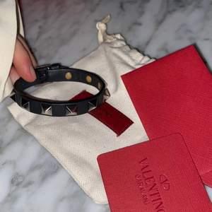 Säljer mitt svarta valentino armband med nitar då jag vill köpa ett annat i en annan färg. Det är i väldigt bra skick, svart läder med matta nitar. Kvitto, påse, reservnitar och låda kommer med. BUDA🤩💕