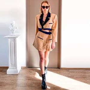 Croppad Blazer set med kavaj + kjol, bra skick, passar till S-M (36-38), jag kan skicka mer detaljer 😇