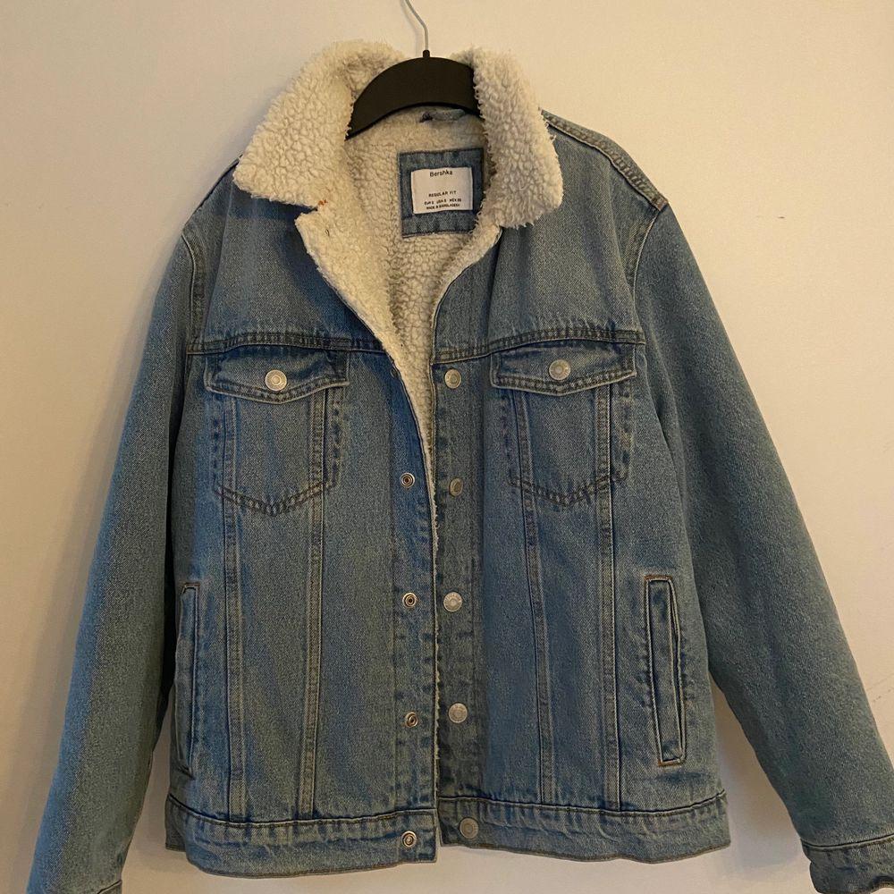 Säljer denna oversize (på en S/M) jeansjacka från Bershka. Den är i S i herrstorlek. Den är fodrad och perfekt till våren/hösten. Använd men i bra skick.. Jackor.