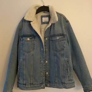 Säljer denna oversize (på en S/M) jeansjacka från Bershka. Den är i S i herrstorlek. Den är fodrad och perfekt till våren/hösten. Använd men i bra skick.