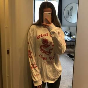 Långärmad vit tröja från Herr-avdelningen med detaljer i rött från märket Screenshot. I fint skick 💘