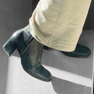 Jättesköna snygga skor med liten klack. Äkta skinn, inga stora slitningar
