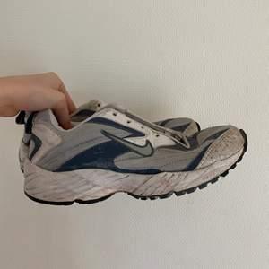 130 INKLUSIVE FRAKT!!! Dessa skor är i dåligt skick, de saknar sula och skosnören. Men de är verkligen ett par coola skor jag själv skulle andvänt om de inte vore för små! Jag tvättar upp dem innan de skickas. Kommer sälja dem väldigt billigt pga skciket! De är väldigt små i storleken, skulle tippa på 38 trotts att det står 40! 💕🤜🏼🤛🏼