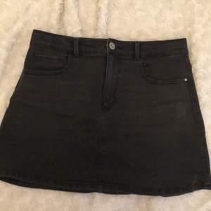 En jättefin mörkgrå jeanskjol med en slitning (se bild 3)  som ska vara där. En perfekt kjol till sommaren!!💕💕 Kjolen är från Zara. Storlek 152. Visar ingen bild på hur den sitter på då den tyvär är för liten för mig:(