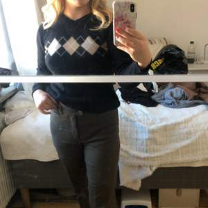 """Svart jätteskön tröja med """"rutor"""" på. Säljer då den inte kommer till användning längre. Storlek M men den är stretchig så passar även större och mindre."""