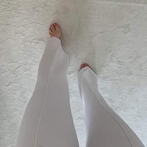 Vita högmidjade kostymbyxor med en rand fram. Supersnygga storlek xs men passar även s. Använda fåtal ggr
