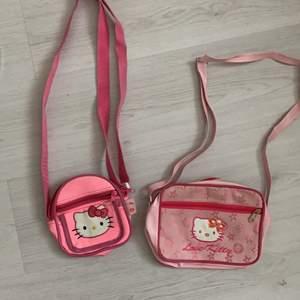 2 suupersöta hello kitty väskor, säljes för att dom ej kmr till användning:( Första bilden : väldigt liten med 3 fack! och söt i neonrosa! Eftersom det är en barnväska finns det lite tuchmärken på insidan, men inget som syns💋 Andra bilden : större med 2 fack i nått slags Lv inspererat print😛 VÄNSTRA: 90 HÖGRA : 110