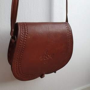 Jättefin väska i brunt läder, ser rödare ut på bilden än vad den egentligen är! Köpt dyrt på secondhand i gbg och säljer då den tyvärr inte kommer till användning 💌 Köparen står för frakten!