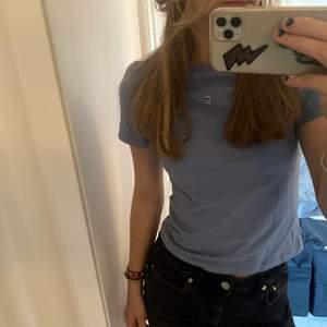 Helt vanlig blå T-shirt från Weekday. Skönt material och sitter även bra 💙