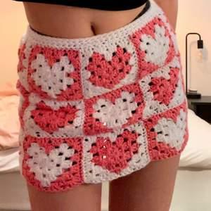 virkad kjol i färgerna vit och rosa med hjärtmönster. Passar perfekt till sommaren!!! Passar storlek s och m skulle jag säga!!