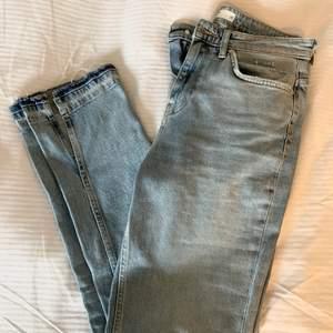 Jeans från ginatricot med slits. Storlek 38 💙