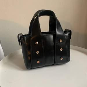 Säljer denna jätte cool väska från zara! Använd några gånger men det mycket bra skick❤️ nypris: 300kr