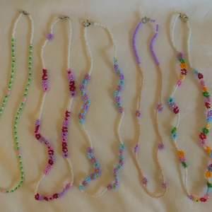 Somriga pärlhalsband med spänne 💜💫 frakt tillkommer 12 kr! Alla halsband med blommor 70 kr och det andra utan, 55 kr 💖