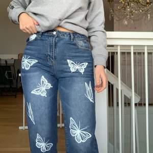 Sjukt snygga jeans i storlek m som tyvär är lite korta för mig. Jag är 170cm med långa ben och dessa skulle passa ngn som är lite kortare.