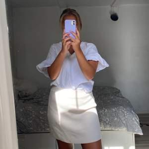 Superhärligt vit blus med fin detalj i ryggen 🦋💕