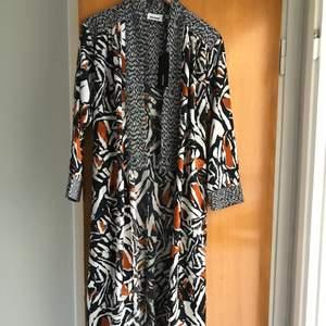 Kimono coat med slits från weekday i strl xs. Oanvänd med tags kvar. Orinalpris: 600. Frakt tillkommer