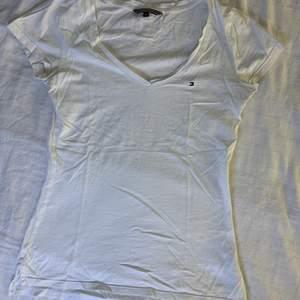Denna fina Tommy Hilfiger tröjan som tyvärr längre inte kommer till användning. Den har två slitsar på båda sidorna och är som ny. Köpte den för 199;- men jag säljer den för 50kr + frakt