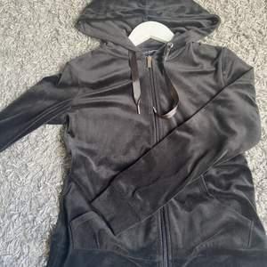 väldigt skön zip tröja från Gina andvänd 3-4 gngr inga hål eller fläckar köparen står för frakt :)