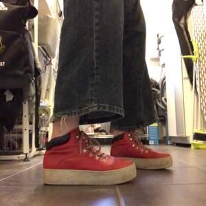 Säljer dessa vagabond skor då de inte riktigt passar på mig längre. Köptes för 1000 kr och är två år gamla. Jag kommer rengöra sulan innan de skickas och frakten ingår inte i priset och varierar. Är lite varmare skor som passar bra för vår vädret!💞💞