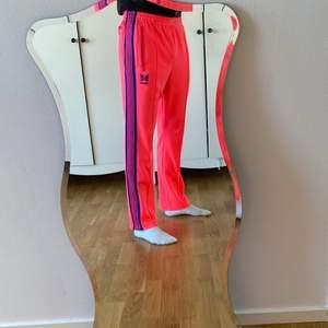 Sjukt rare cw Needles x Awge, otroligt feta track pants! Size S men passar även medium. Använda fåtal ggr så grymt skick!