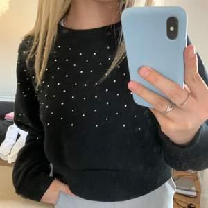 Säler denhär super snygga trendiga zara tröjan med NITAR!! Säler eftersom den inte kommer till användning längre⚡️ säljer för 150kr eller högsta bud!