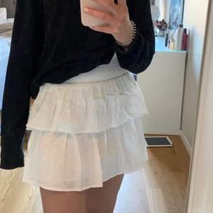 Superfin vit volang kjol, aldrig använd då den var för liten. Storlek 158/164 men kan passa som en xs. 💞💞💞