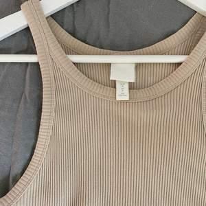 Säljer detta ribbade linnet i en fin beige färg, inget fel på det alls men det är fel storlek för mig därför säljer jag det🤎linnet är väldigt stretchigt och skönt