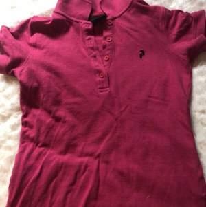 Snygg Rosa PeakPerformance tröja med 4 knappar! Köparen står för frakt.
