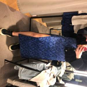 Vet inte varför bilderna blev sneda... men jättefin kjol från Other Stories, stl 36/S, endast använd fåtal gånger så fint skick! + 60kr frakt