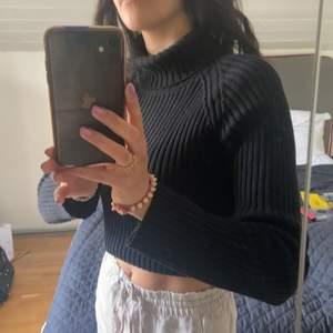 Polo tröja den Filippa K inköp för väldigt länge sedan. Väldigt fint skick! Tröjan är invikt på de två första bilderna. Storlek M men passar mig som är small.