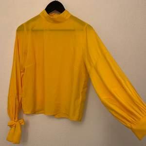 Säljer min fina blus i Gult  pga har bytt stil 💛 aldrig använd bara provad några gånger. Det är stl S (36) men passar även en mindre M (38)