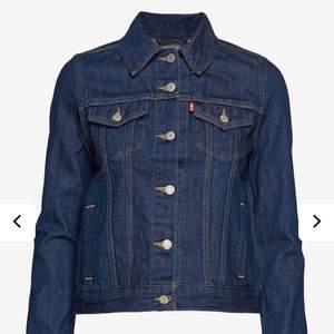 Mörkblå jeansjacka från levis i strl M men passar XS-M. Använd men i jättebra skick utan defekter. Originalpris runt 1000kr men säljer för 170 kr + frakt💗