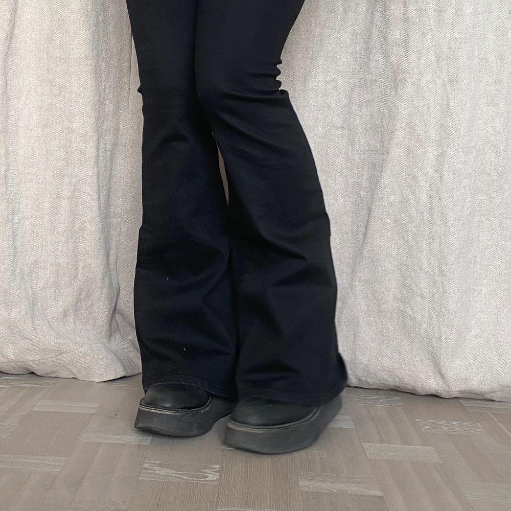 """Svarta """"pow flare"""" jeans från crocker. Bara ett fåtal gånger använda så i väldigt bra skick 🌟❤️ Försmå för mig så har ingen helbild på hur de sitter på men skulle säga de är mer lågmidjade är högmidjade . Jeans & Byxor."""