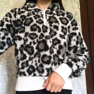 Lurvig tjocktröja Med leopardmönster har blivit använd många gånger har okej skick storlk S, har luva om det är något mer ni undrar så skriv till mig så kommer jag svar på det