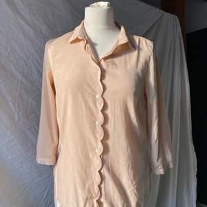 Ljusrosa blus med gullig design från H&M! Blusen är normal i både passform och storlek och har ett mjukt tyg. Frakt tillkommer!