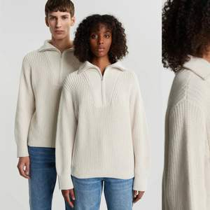 Den snygga och sköna tröjan från Gina som är helt slutsåld. Säljer pga köpte två. Sitter super fint och är PERFEKT nu på sommarkvällar. Sitter riktigt snyggt (oversized) om man normalt är en XS-M. Gick upp till storlek L just på grund av detta. Kom med bud. :)