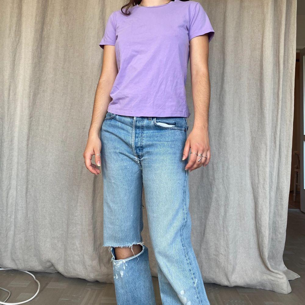 Lila tshirt i bra skick! Möts på söder annars står köparen för frakt på 45kr 💋 ‼️PS: byxorna finns att köpa på kontot WINTER här på Plick!‼️. T-shirts.