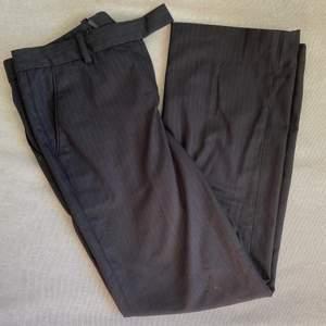 Randiga kostymbyxor från H&M, står strl 38 i byxorna men mer som 36, de är även lågmidjade.😎😎 Kolla gärna in mina andra annonser eller skriv för frågor (om ex fler bilder).💕