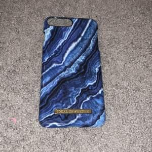 Säljer ett blått mobilskal från ideal of Sweden. Skalet passar till iPhone 8/7/6/6S PLUS. Säljer eftersom att jag bytte mobil då detta skalet inte passar längre. Den är i fint skick och har inga märken eller skador som syns.💙 Köparen står för frakten!💙